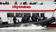 Sicherheitskräfte entführen Touristenboot auf der Themse