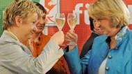 Anstoßen auf Rot-Grün: Sylvia Löhrmann (l.) und Hannelore Kraft