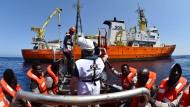 Seeleute retten Flüchtlinge