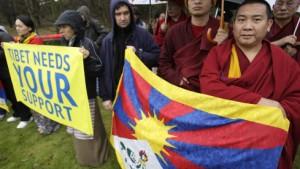 Die Tibeter rollen die Fahnen ein