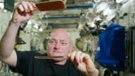 Astronaut spielt Wassertropfen-Pingpong im All