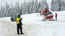 Ein Hubschrauber der Deutschen Rettungsflugwacht ist am Freitag am Feldberg gelandet, nachdem starke Schneefälle Lawinen ausgelöst haben, die zwei junge Wintersportfans unter sich begraben haben.