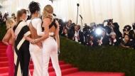 Stellas Girls auf dem Weg zur MET-Gala: Designerin Stella McCartney (2. von links) umarmt Model Cara Delevigne, Sängerin Rihanna und Schauspielerin Reese Witherspoon (von rechts nach links).