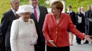 Queen auf Bootsfahrt und bei Merkel
