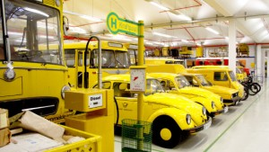 Gelbe Post-Käfer und alte Klappenschränke