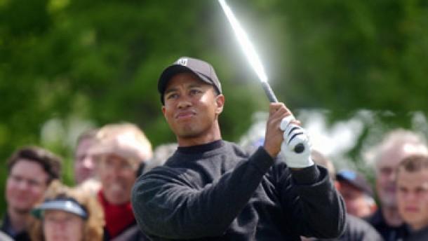 Tiger Woods sucht den Ball - und seine beste Form