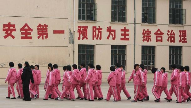 Peking schafft Umerziehung durch Arbeit ab