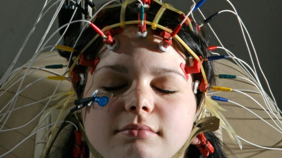 Ein Elektroencephalogramm (EEG) wird bei einem Teenager aufgezeichnet.