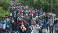 Flüchtlinge strömen weiter nach Österreich und Deutschland