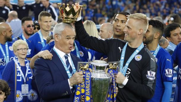 Die Dusche F?r Meister : Meisterschaft: Champagner-Dusche f?r Leicester-Trainer Ranieri