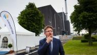 Bürgermeister Stefan Mohrdieck vor dem seit 2007 stillgelegten AKW Brunsbüttel