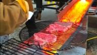 Studenten brutzeln ihre Steaks auf Lava