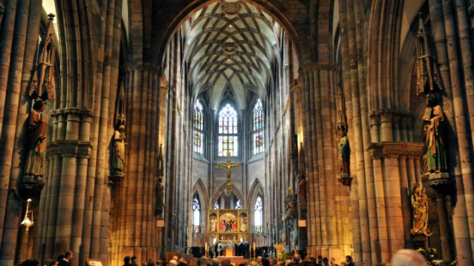 Die Erhaltung des Freiburger Münsters bezahlen das Erzbistum Freiburg und das Land Baden-Württemberg (je ein Drittel), die Stadt Freiburg und private Spender (je ein Sechstel).