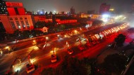 Über 100 Bagger reißen Brücke in Rekordzeit ein