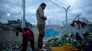 Freiwillige versorgen Flüchtlinge bei Idomeni