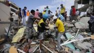 Helfer ziehen Überlebende aus Trümmern