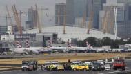 Demonstranten besetzen Rollfeld auf Flughafen