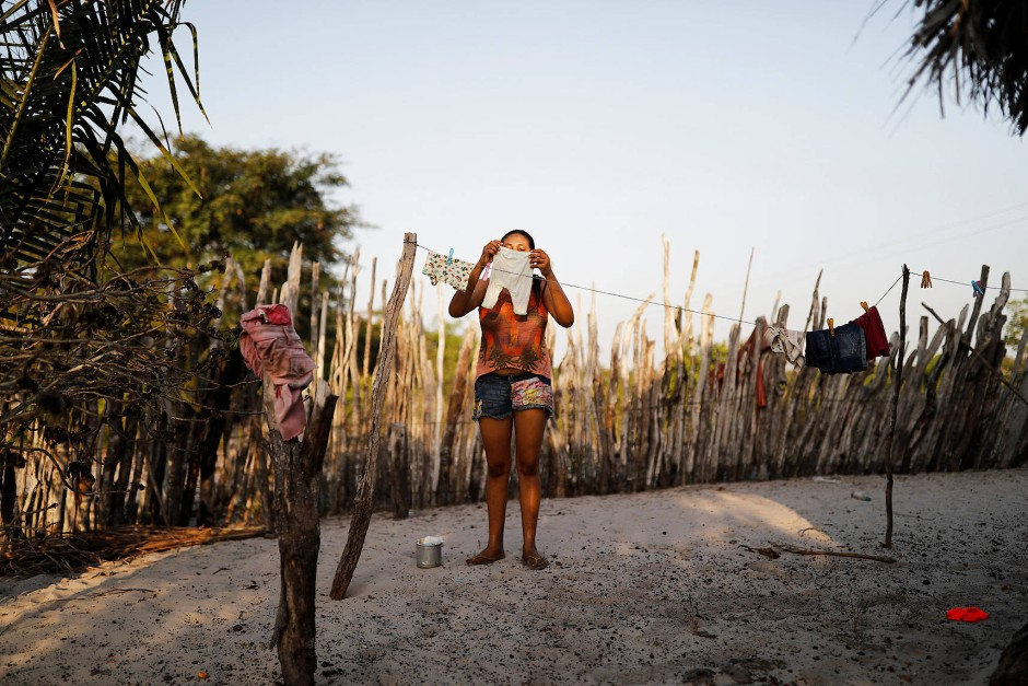Maria Natividade hängt die Wäsche ihrer Tochter auf. Am Ende gewinnt Bolsonaro die Wahl und der Alltag im brasilianischen Hinterland geht trotzdem weiter.