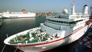 """Die """"MS Deutschland"""" im Hafen von Kiel"""