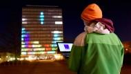 Studenten spielen Tetris auf Kieler Hochhausfassade