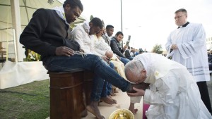 Papst Franziskus wäscht und küsst Flüchtlingen die Füße