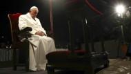 Papst betet Kreuzweg am Kolosseum