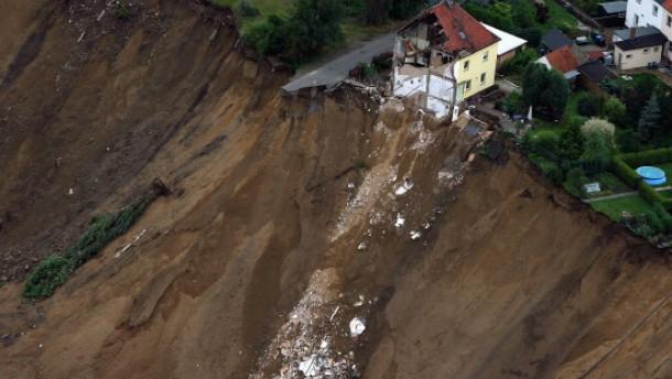 Erdrutsch reißt Haus in einen See