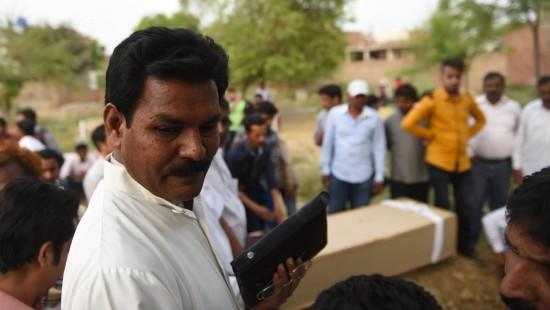 Bestattungen überfordern Priester in Pakistan