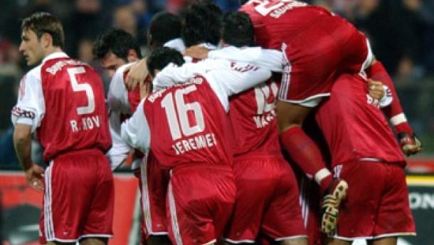 Bayern besiegt Dortmund, Leverkusen schlägt Schalke