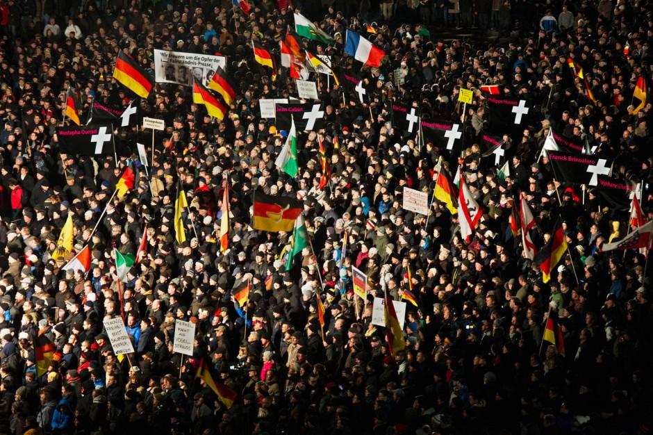 http://media1.faz.net/ppmedia/video/2798596398/1.3366655/default/kreuze-fuer-die-opfer-der-anschlaege-in-paris-pegida-demonstranten-in-dresden.jpg