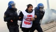 Tränengas gegen demonstrierende Lehrer
