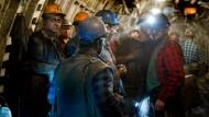 Schichtwechsel: Bergarbeiter in Knurow warten darauf, wieder ans Licht gebracht zu werden