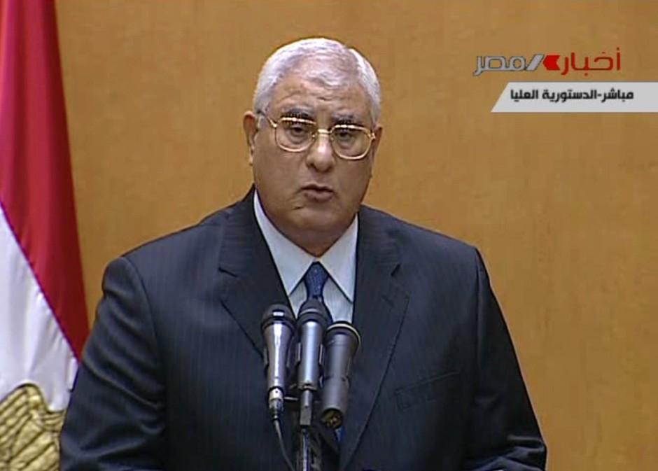 Das Bild aus dem ägyptischen Staatsfernsehen zeigt den neuen Interimspräsidenten Adli Mansur bei seiner Vereidigung