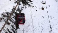 200 Skifahrer sitzen in Seilbahn fest