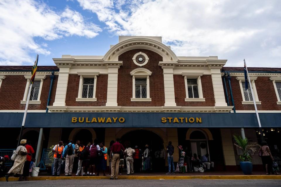Am Bahnhof Bulawayo gibt es Fahrkartenschalter.