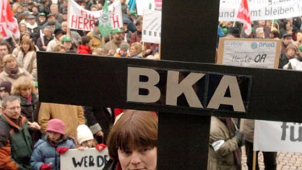 Tausende demonstrieren gegen geplanten Umzug
