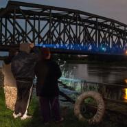 Grenzkontrolle selbst gemacht: Ronny, Markus und Eileen warten an einer Oderbrücke auf angeblich marodierende Diebesbanden aus Polen