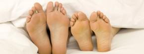 Menschen, die an kalten Füßen leiden, sollten sich untersuchen lassen: Eine Ursache kann zu niedriger Blutdruck sein.