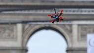 Drohnen rasen über die Champs-Elysées