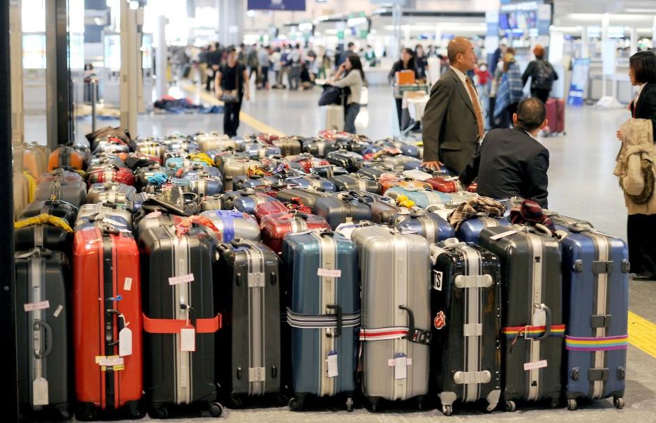 Eine geschiedene Frau mit Gepäck datiert