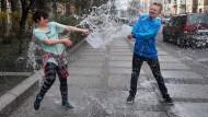 Polen bespritzen sich mit Wasser