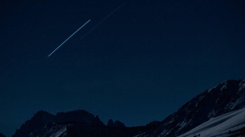 """Unsere Vorstellung vom leeren Himmel bekommt Kratzer: """"Four Geostationary Satellites Above the Sierra Nevada"""" (2007)"""