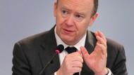 John Cryan bittet Aktionäre um viel Geduld