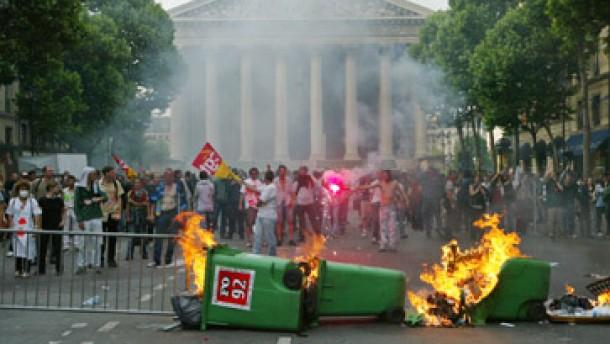 Den Streiks folgten schwere Krawalle in Paris
