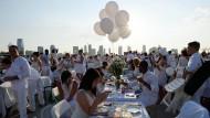 Tausende Gäste beim Dinner in Weiß