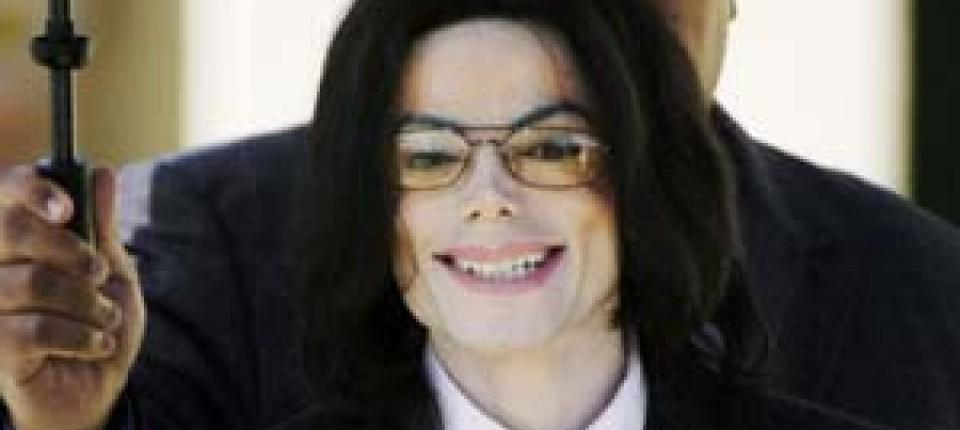 Gut gelaunt: Michael Jackson beim Verlassen des Gerichts