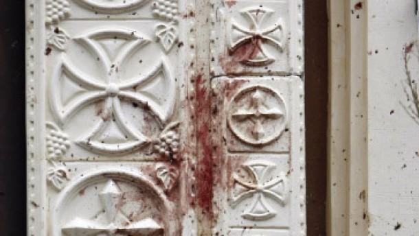 Spuren des Anschlags am Kirchenportal