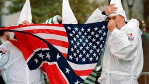 Farbigen mit Ku-Klux-Clan-Maske erschreckt: Beamte suspendiert