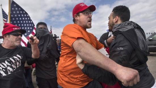 Anhänger und Gegner Trumps gehen aufeinander los