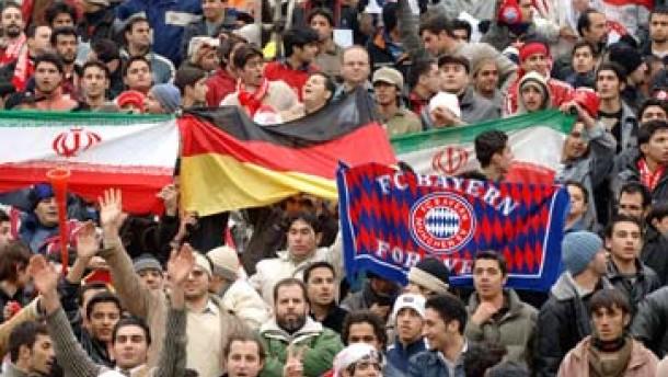 Sportlich gewinnen die Bayern in Teheran